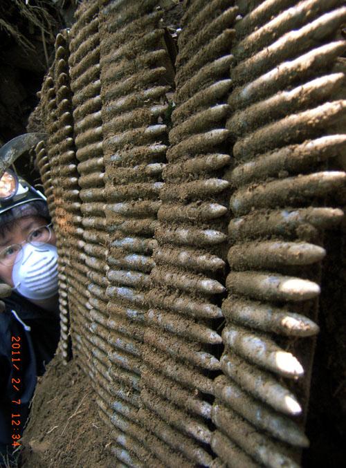 沖縄本島の中南部で掘り出した日本製重機関銃の保弾板付弾倉。今も武器や不発弾が出てくる=西原町で