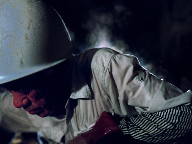 洞窟内のあまりの暑さに井上さんの背中から汗の蒸気が上がった、沖縄本島南部で