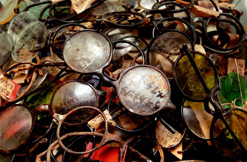 丸い形が特徴的な当時のメガネ