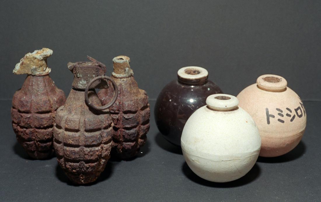 米軍の手りゅう弾と旧日本軍の陶器製の手りゅう弾を並べた