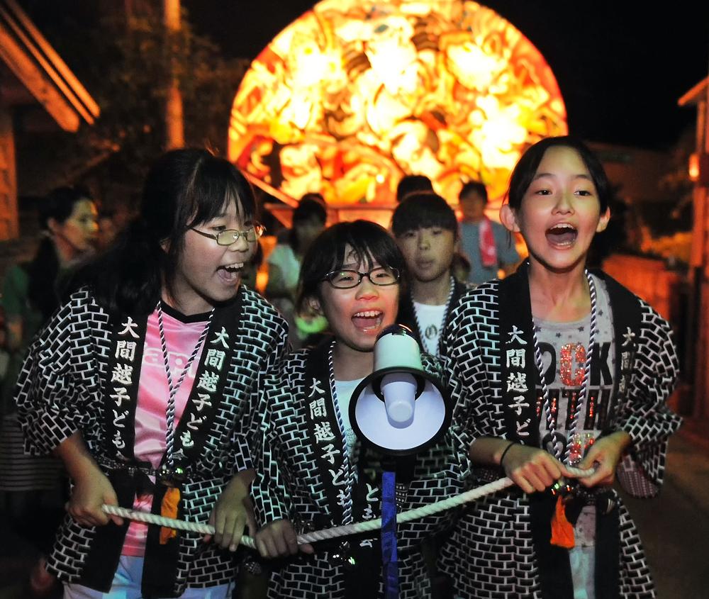 Newお盆に子どもたちが扇形のねぷたを引き回す「子どもねぷた」=深浦町で