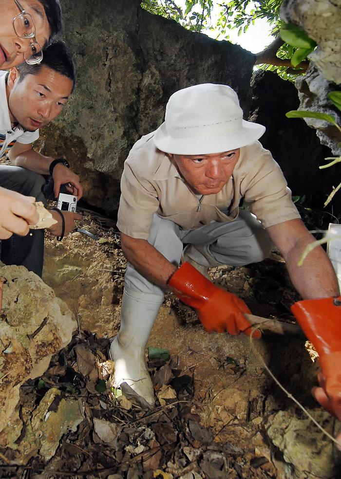 遺跡発掘に臨む国吉さん(右端)と松下先生(左端)、人類学のNPO法人・松下真実さん(中央)