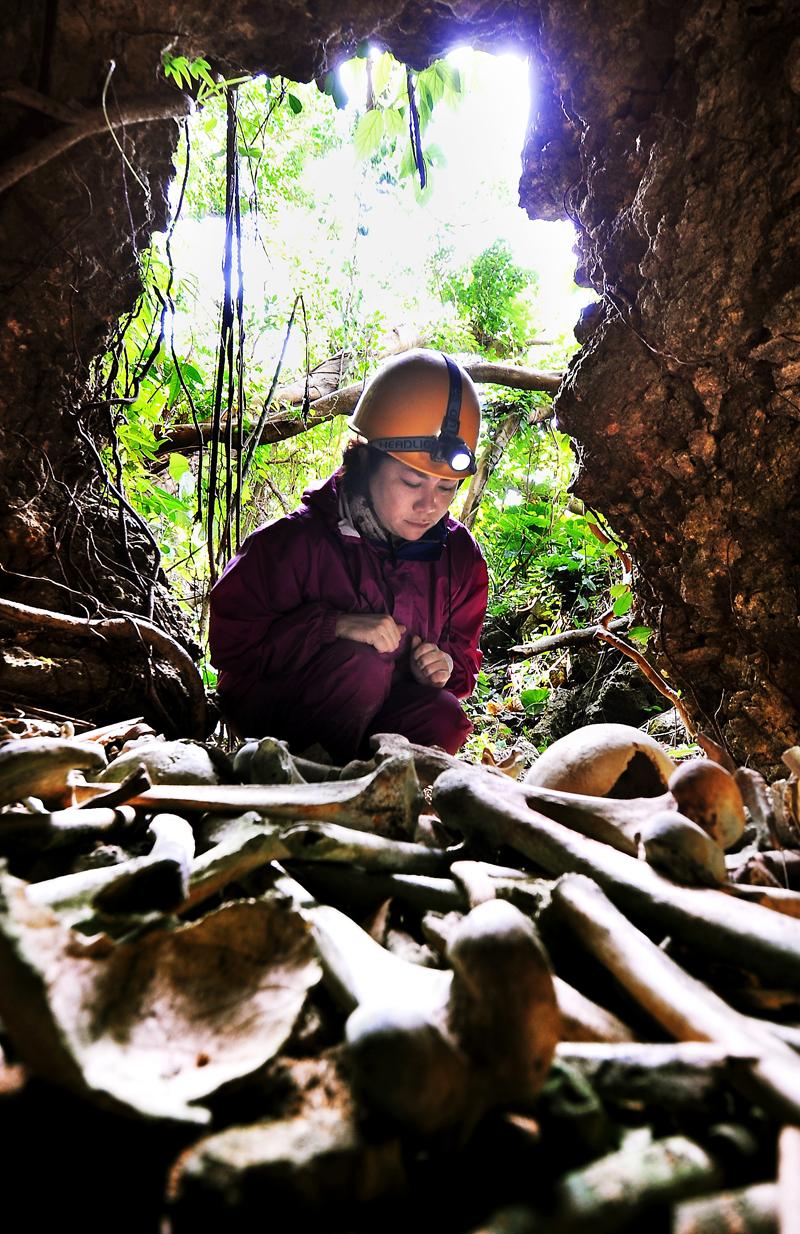 戦没者の遺骨が大量に残されていた壕の前で、座り込んだまま動けなくなった正木麻衣子さん=沖縄県糸満市で