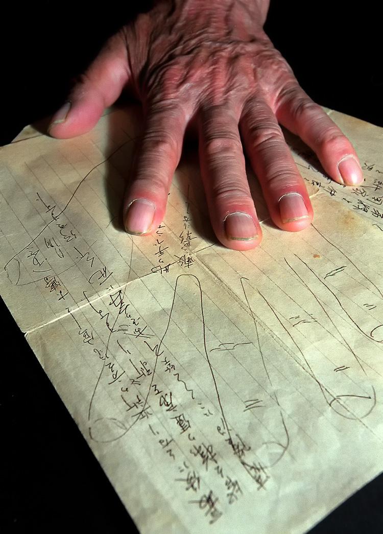 国戦線で戦う兄から家族に届いた手紙。徳男さんは模写された兄の手にそっと自らの手を重ね合わせた