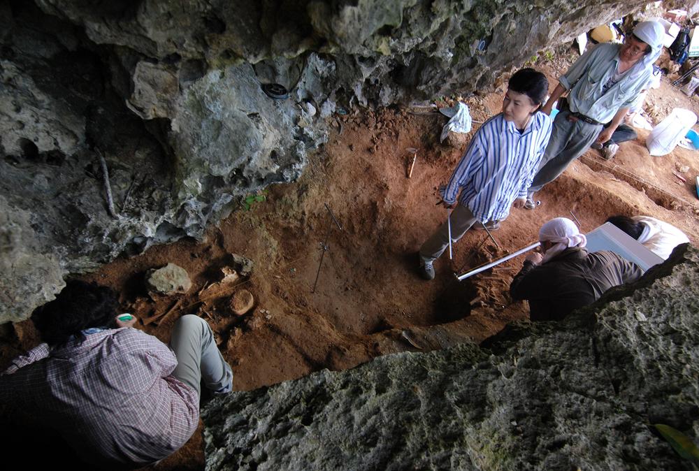 サンゴ石灰岩の岩に挟まれた隙間にあるハンタ原遺