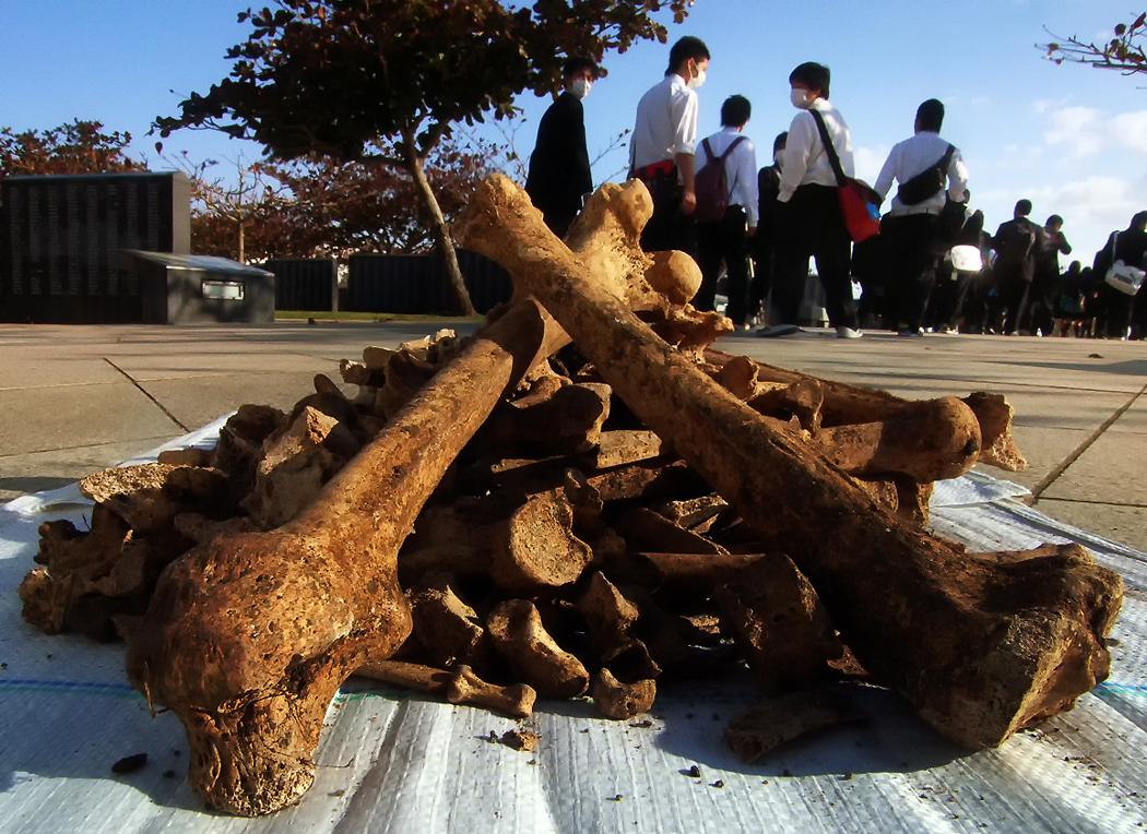 操さんが戦死した摩文仁の丘。ここで収集した遺骨を整理していたら当時の佐敷さんたちと年齢が近い高校生らが通りかかった、沖縄県糸満市の平和祈念公園で