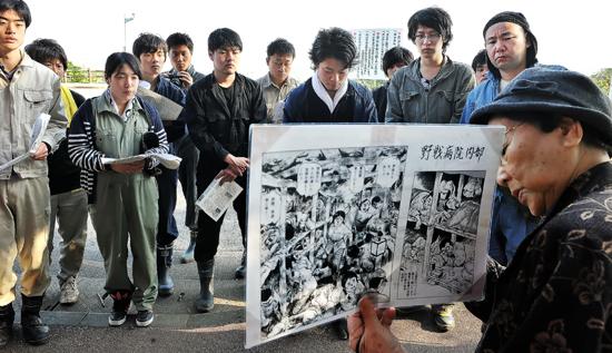 沖縄戦に動員された「白梅学徒隊」の生き残りから話を聞くメンバーたち