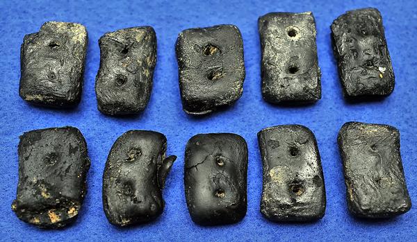 同じ壕から出た黒焦げになったカンパン。その下は溶けた瓶の口。高温で焼かれたらしい