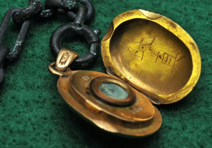 洒落た装飾が施された18金のネックレス。手書きで「タカノ比真」と刻まれている、国吉戦争資料館で