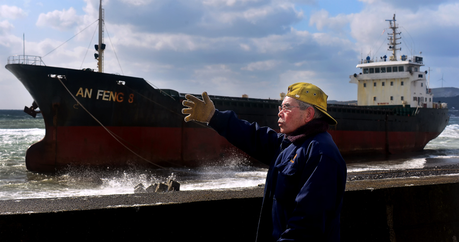 油が流出した時の拡散を心配する親方。この海で夏はタコを獲り、冬はイカを拾う。魚も釣るし海藻も採取する。まさに生活の糧を得る場