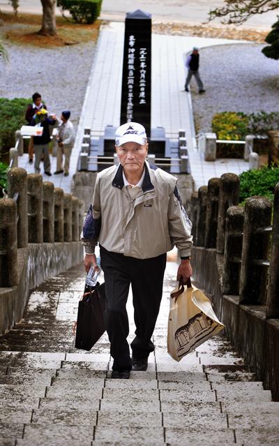 遺留品の返還活動を手伝ってくださる小倉暁さん。昨年も自ら調査して、鳥取県などのご遺族へ遺留品を返還された。元自衛官の頼もしい仲間。