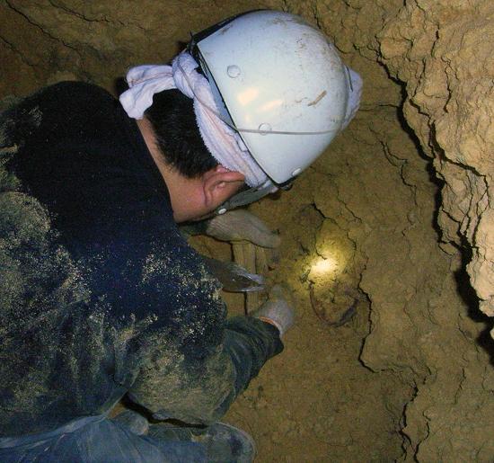 見えてきた遺骨を少しでも掘り出そうとする筆者②。日没が迫ったので、翌日に持ち越すことになった。泥や砂にまみれながらも、毎日、作業を続けている