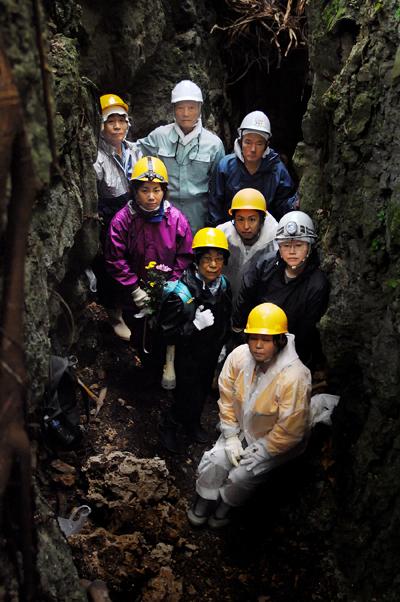 島田知事の痕跡を探るため、軍医部壕内の測量や発掘作業に臨む「島守の会」のメンバーや国吉勇さんら