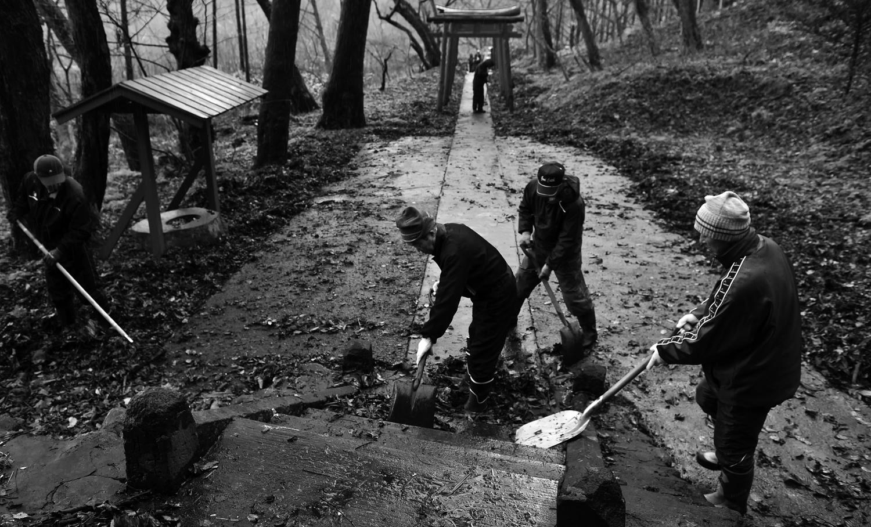男衆が総出で境内の清掃