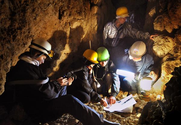 軍医部の壕で昨年行った測量と発掘作業、糸満市摩文仁で