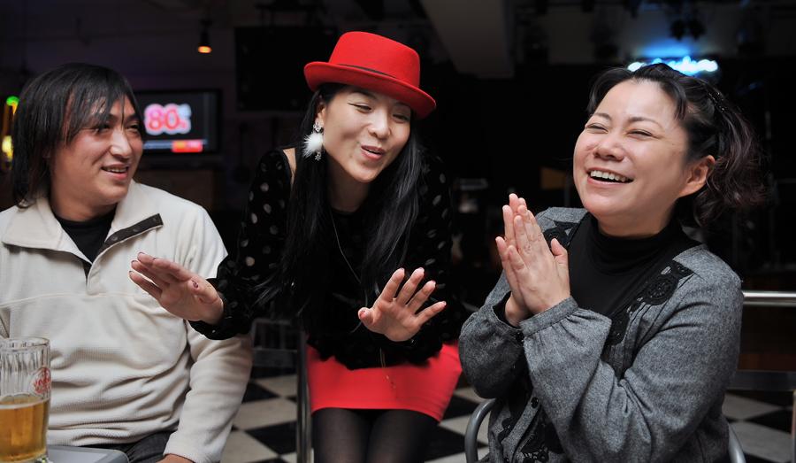 沖縄の大切な友人たちと笑顔で語る麻衣子さん