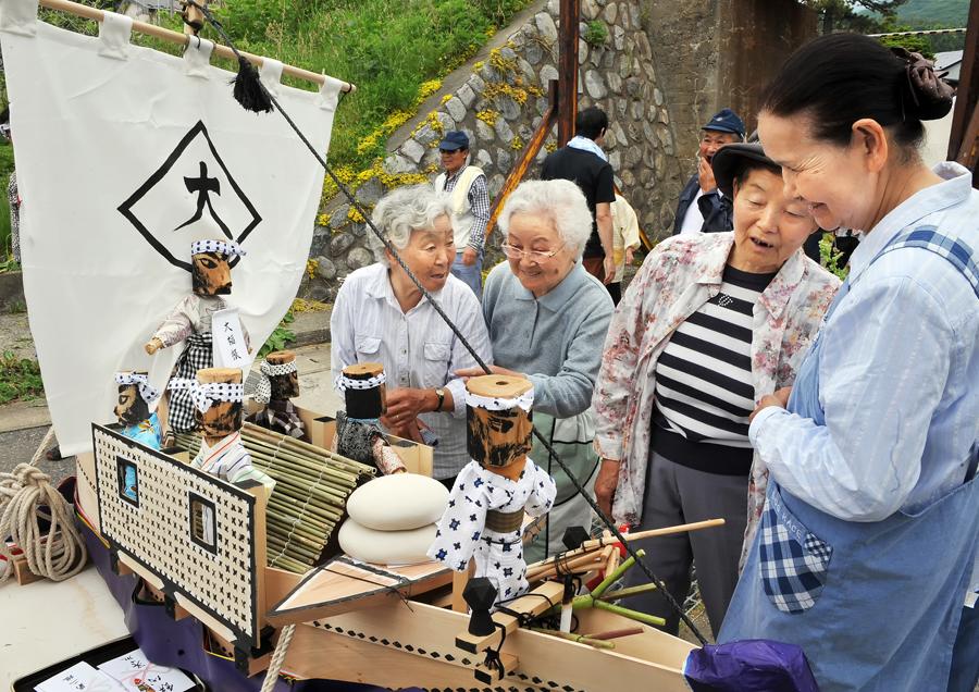 祭りの重要な脇役「おばあちゃん」らが神輿見物