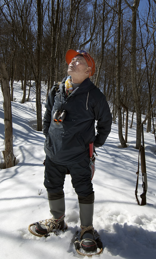 かんじきを付けて雪山を歩く親方。立ち上がるときに背筋を伸ばした