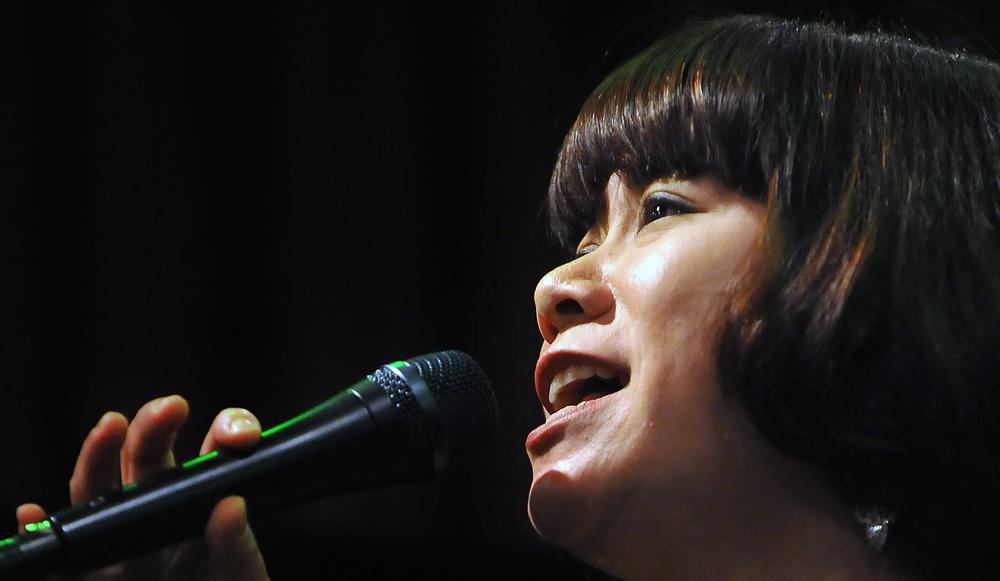 ステージで歌う正木麻衣子さん、神戸市で