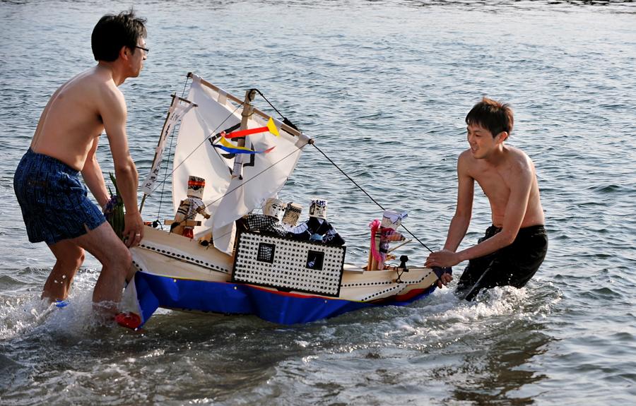 春日丸を海に導く若衆たち