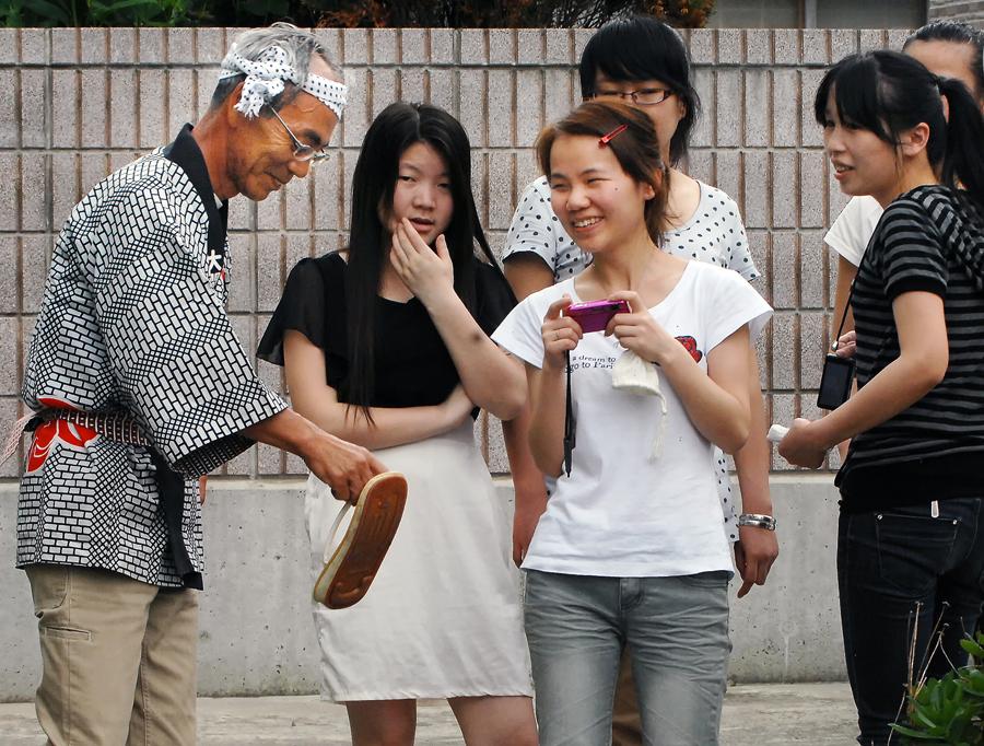 祭りを見物する中国人たち