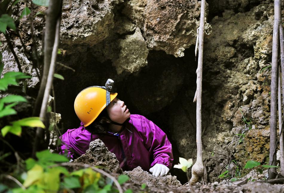 一歩間違うと落ちてくる巨岩の下敷きになりそうな壕の穴から、恐るおそる出てくる