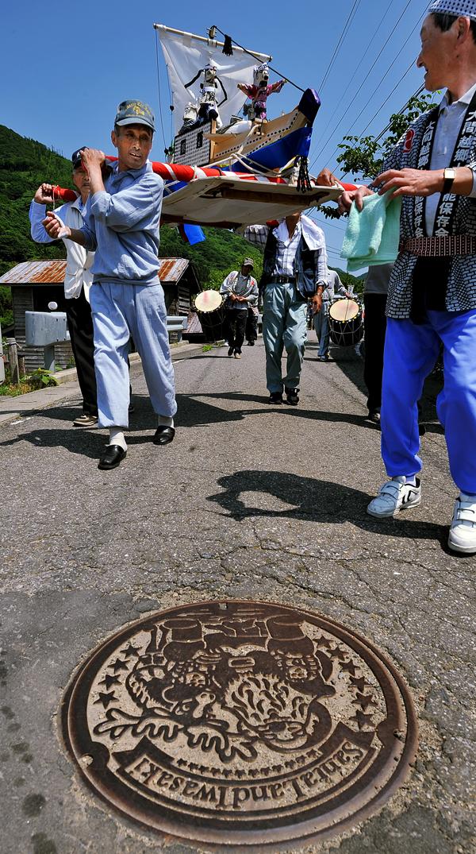 春日丸を担いで村内を練り歩く男衆