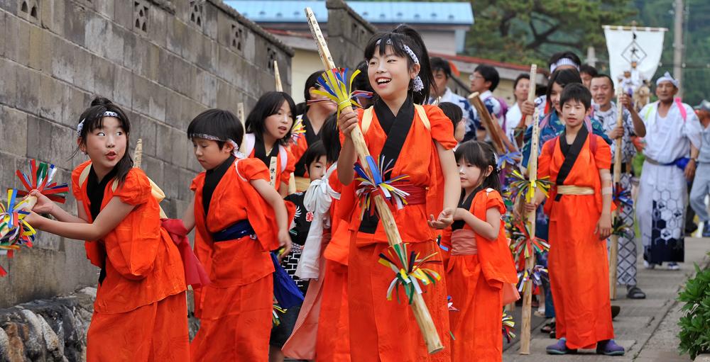 この子どもたちの笑顔と元気な姿が、過疎の集落に活気ある花を添えます