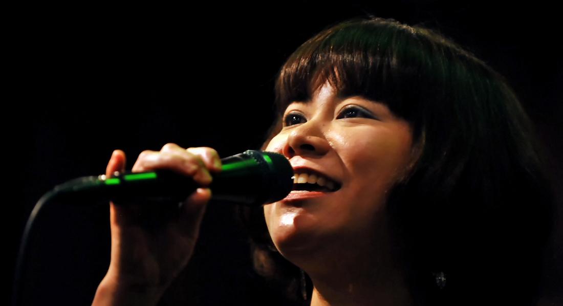 ステージで元気に歌う麻衣子さん、神戸市で