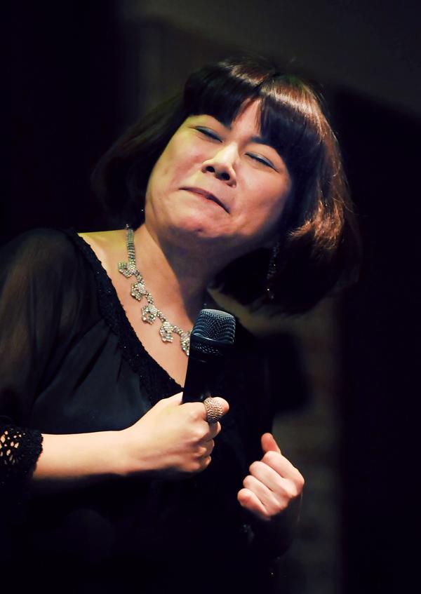 、歌声も笑顔も弾ける麻衣子さんのステージ。また行きたいな、と夫におねだりしている