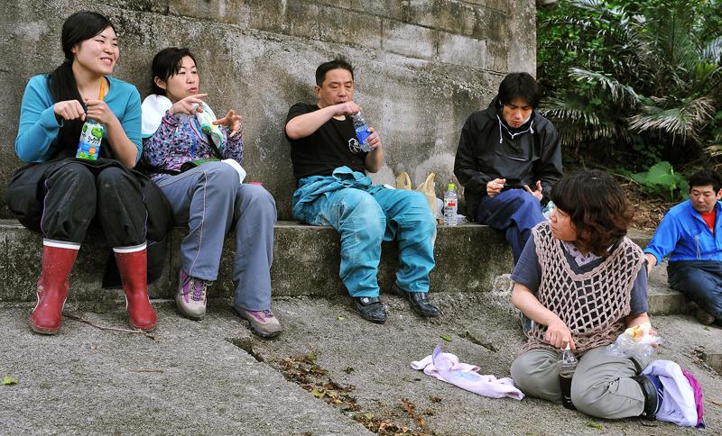 お昼休みのひと時。会員らは個人の参加動機などを語り合った