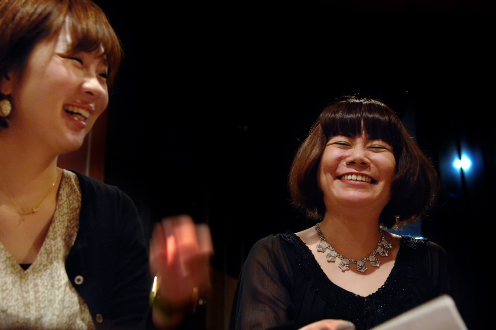 ステージの前にピアノ奏者と打ち合わせ。笑顔がこぼれているが綿密な話し合いが続く、神戸市で