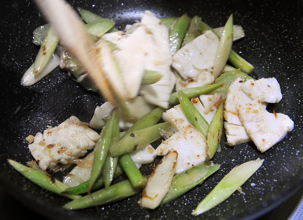 別皿に分けていたイカとウドを混ぜ合わせて、再度軽く炒める