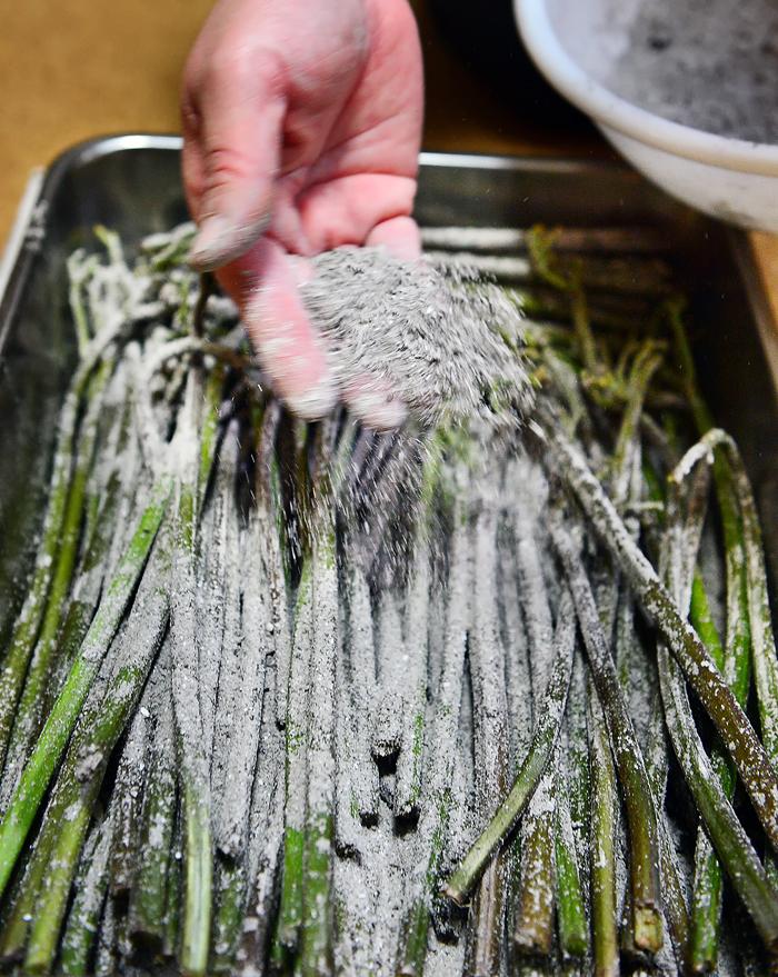 灰汁抜きのため、薪ストーブの灰を振りかける