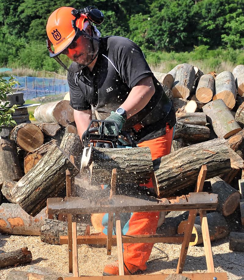 1mの原木を台の上で三つ割りにする