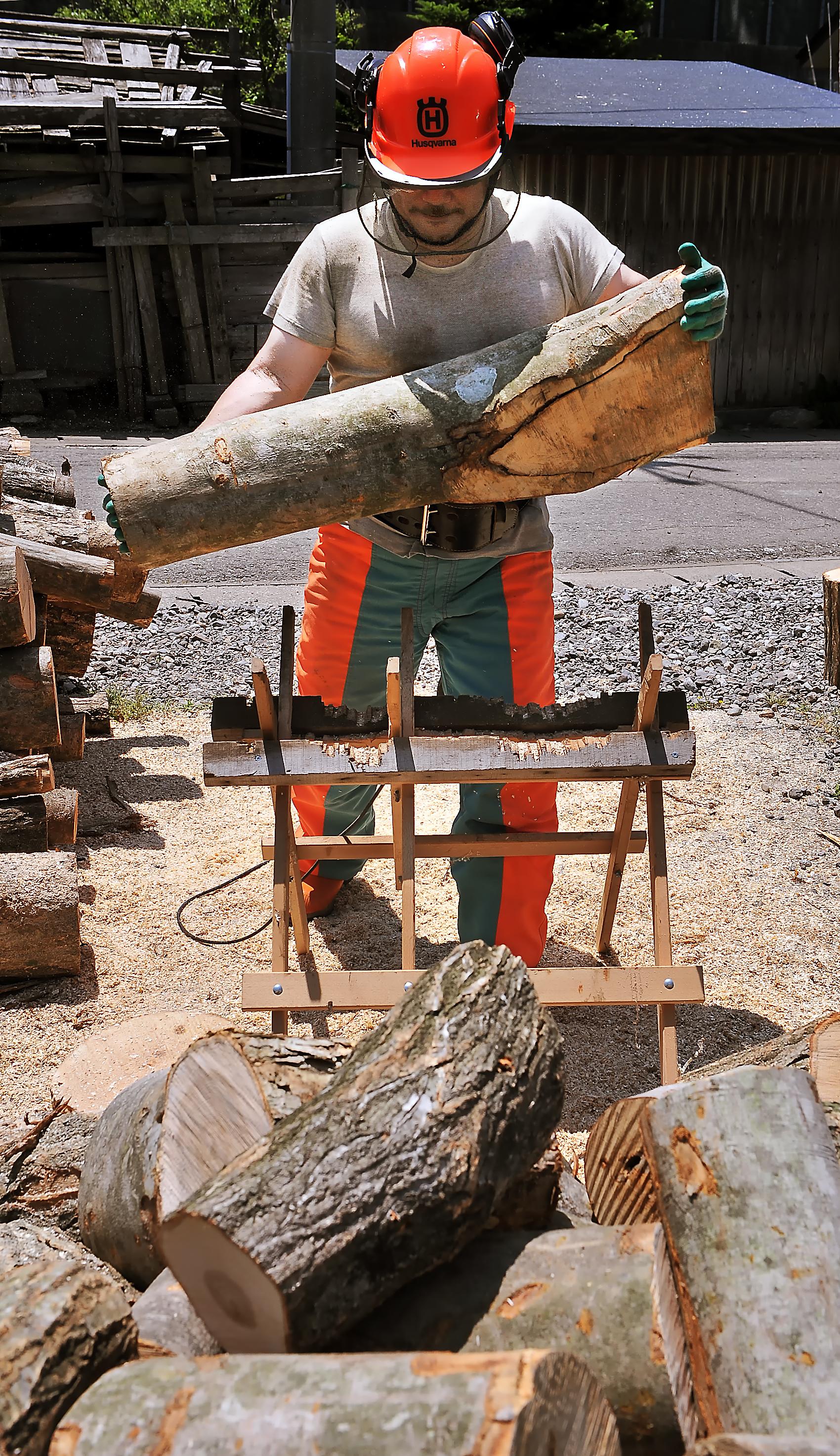 装備と力が自慢の夫。重さ40~50キロぐらいの原木なら軽々と持ち上げて、玉切りする台座へ運べる