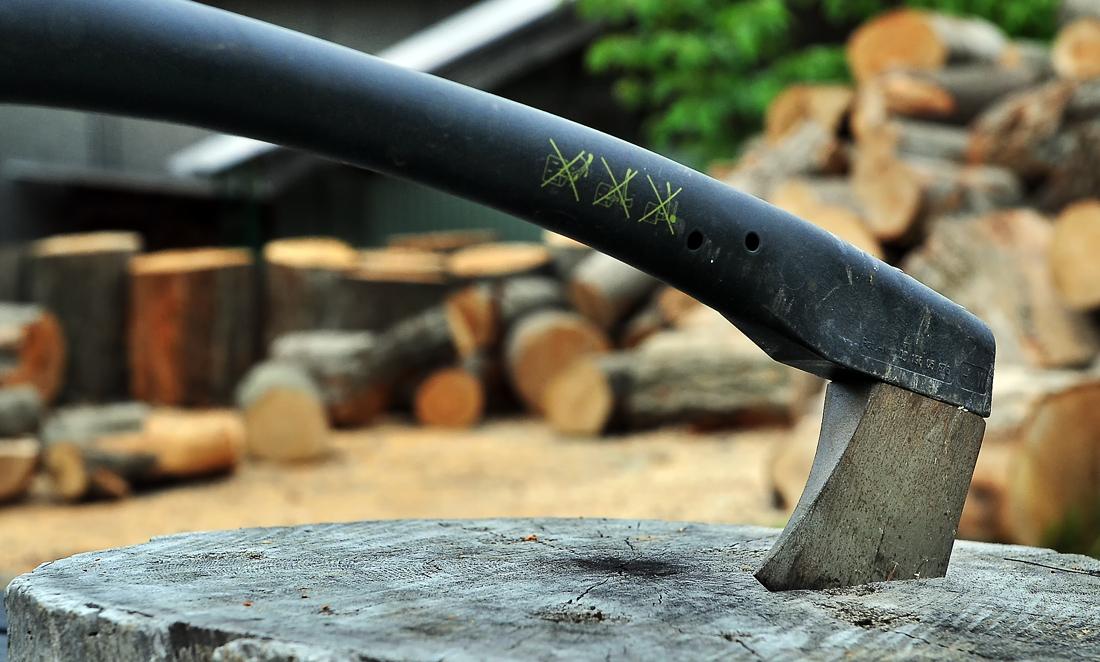 薪割り用の小型の斧「トマホーク」。片手で使えるもので、大きなものは割れない