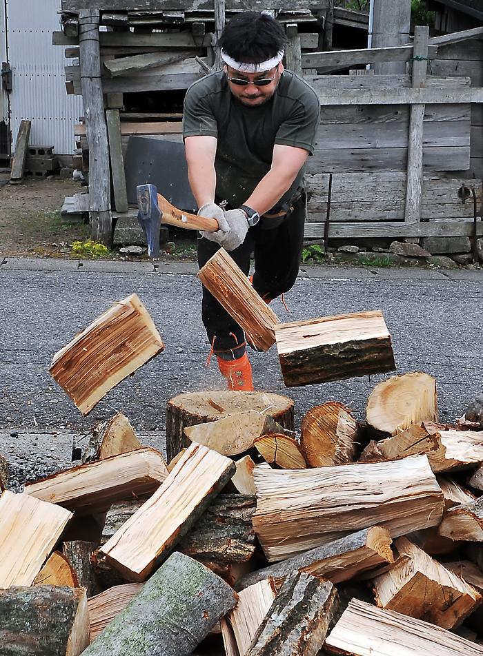調子に乗って次々と割ってゆく。薪も三つに割れて弾け飛ぶ