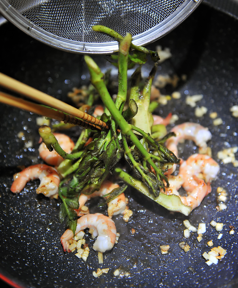 オリーブオイルを使ったタラの芽と海老の炒め物