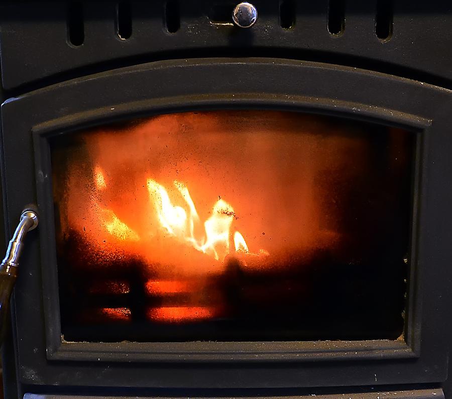 赤い炎を上げて燃える薪ストーブ