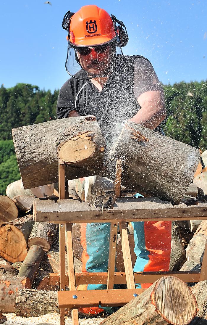 盛大に切子を飛ばして原木を切る。ケガしないでね‥