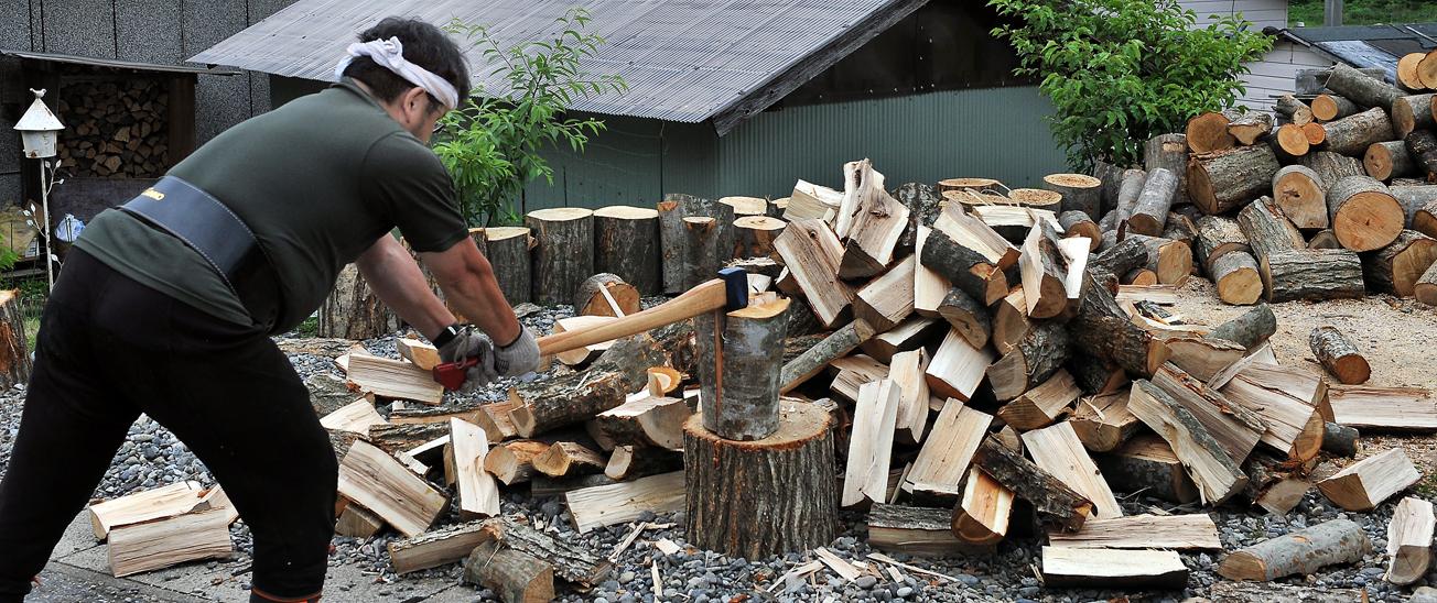 割った薪が次々とつみあがってゆく。休むことを知らない男‥