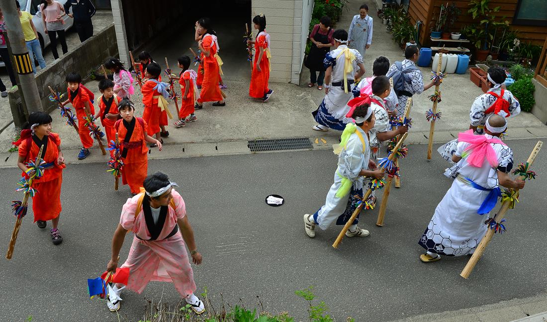 御祝儀を奉納された家の前で踊る