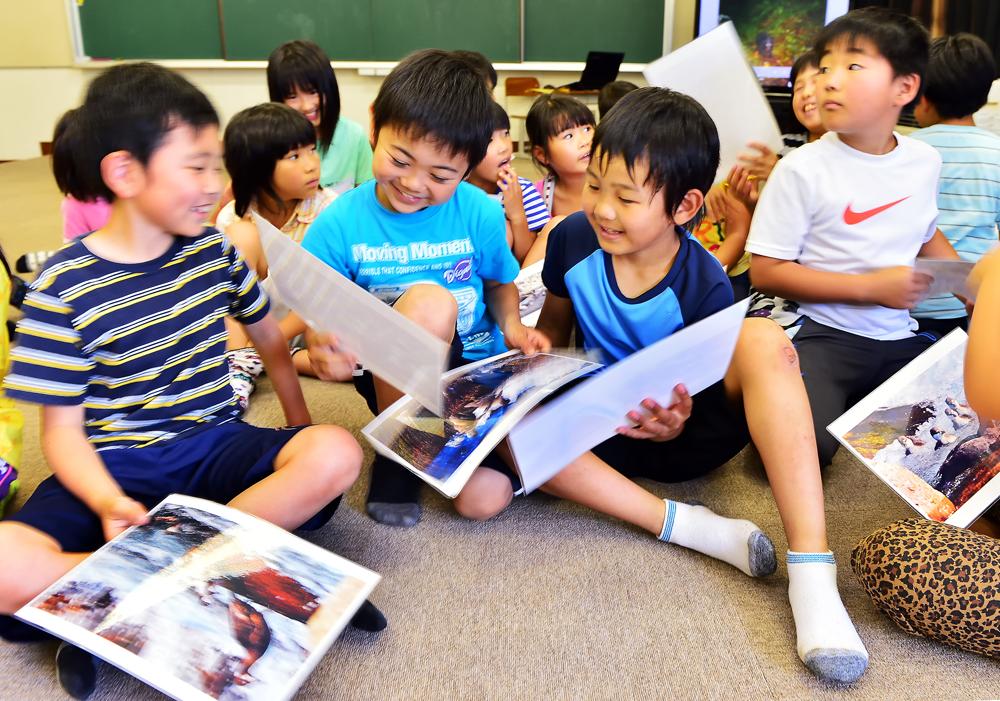 シノリガモなど白神に棲息する生き物の写真を熱心に見入る子どもたち
