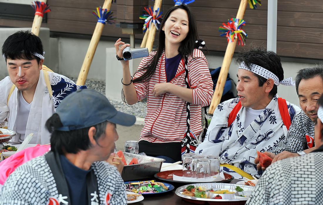 舟宿の宴席の笑顔。参加者は心から祭りを楽しんでいる
