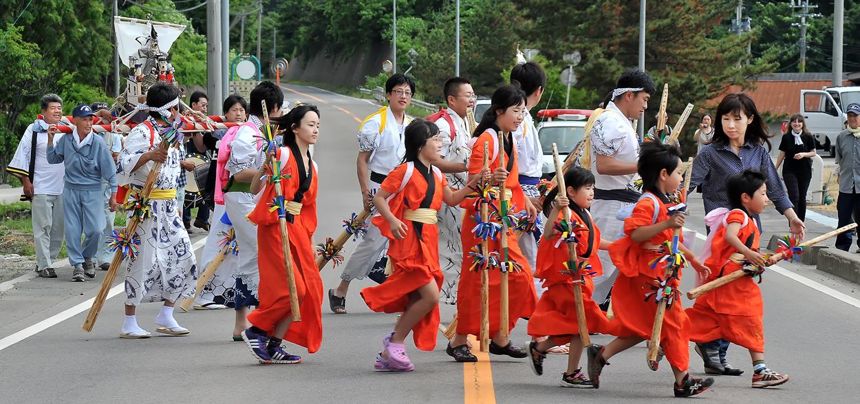 大急ぎで国道を横切る行列。子どもたちは最後まで元気いっぱい