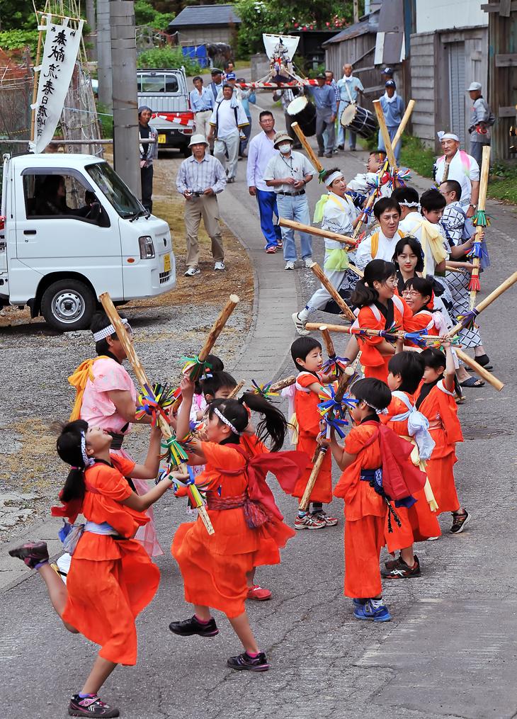 『追跡に記事』 青森県の無形民俗文化財の神事「鹿島(春日)祭り」