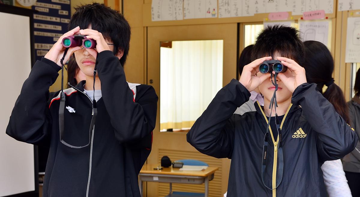 双眼鏡をのぞく男の子たち。このクラスは男子の方が少ない