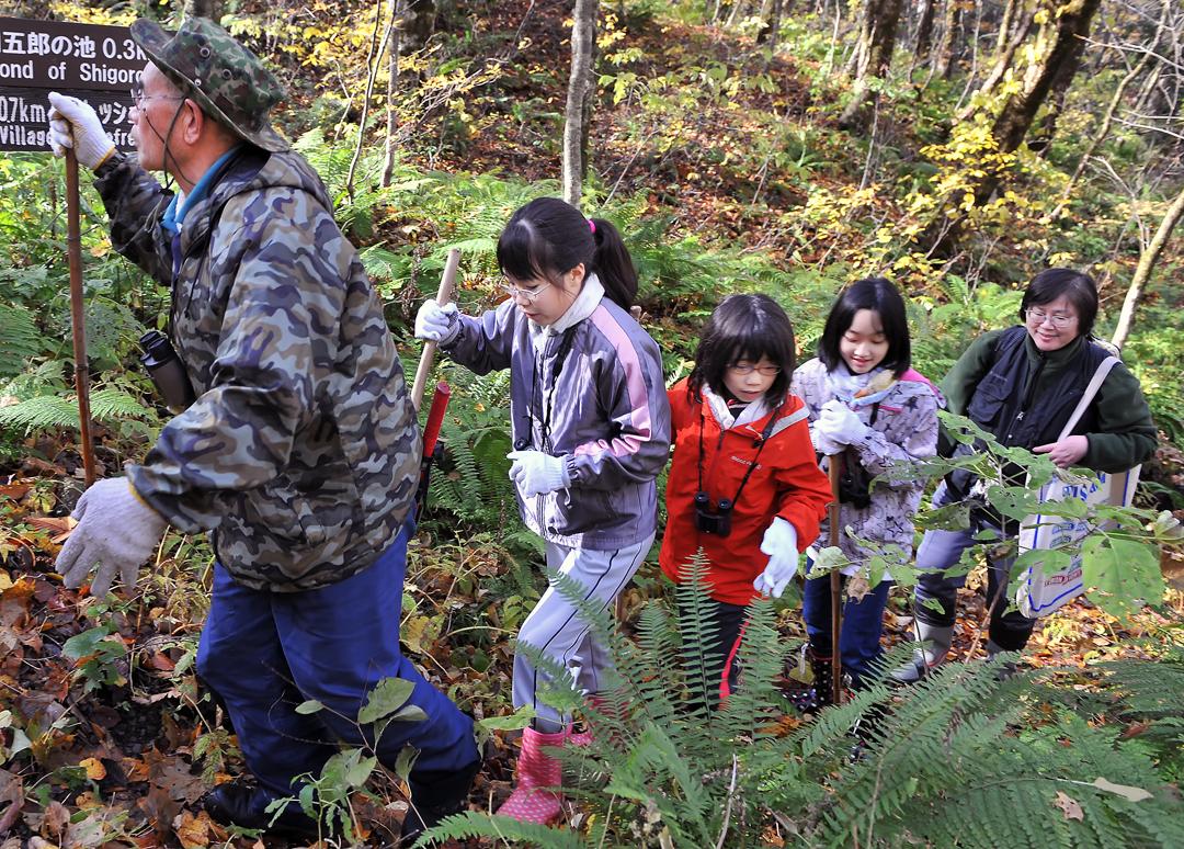 マタギの伊勢親方と一緒に森を散策。これも調査、観察をする訓練