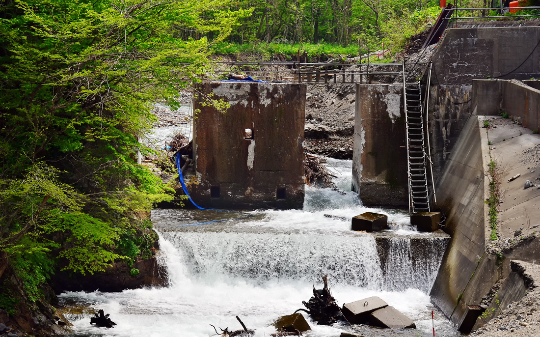 スリットを入れられて完成したかに見える堰堤。だが、老朽化が進んでいたため、補強工事が必要になった